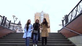 M?dchenhafte Freundschaft Drei junge schöne Mädchen gehen um die Stadt Sie sind gl?cklich M?dchen sind gl?cklich sich zu treffen  stock footage