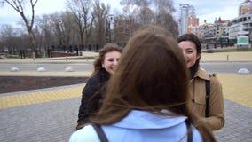 M?dchenhafte Freundschaft Drei junge schöne Mädchen plaudern auf der Straße Sie sind gl?cklich M?dchen sind gl?cklich sich zu tre stock footage