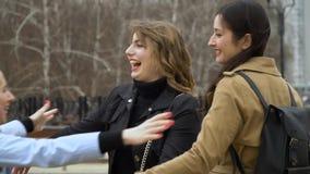 M?dchenhafte Freundschaft Drei junge schöne Mädchen trafen sich und plaudern in der Straße Sie sind gl?cklich M?dchen sind gl?ckl stock footage