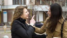 M?dchenhafte Freundschaft Zwei Freundinnen treffen sich auf der Straße Sie umarmen Mädchen sind sehr glücklich sich zu treffen Si stock video