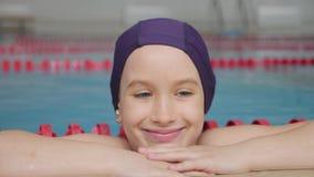 M?dchenkind im Swimmingpool L?chelndes Kind f?hrt einen gesunden Lebensstil und scharfes auf Sport stock video footage