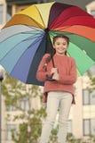 M?dchenkinderlanges Haar mit Regenschirm Bunter zus?tzlicher positiver Einfluss Heller Regenschirm Aufenthalt positiv und optimis lizenzfreie stockfotos