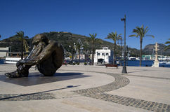 11M de mensenbeeldhouwwerk van het geheugen herdenkingsijzer in Cartagena Spanje in havenpromenade Stock Afbeeldingen