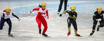 1000 m des dames chauffent la voie courte chauffent Images stock