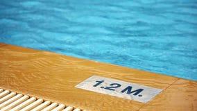 1 2 m diepte die op poolrand merken inschrijving van de zwembaddiepte Het teken van de pooldiepte stock video