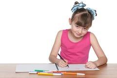 Mądra szkolna dziewczyna przy biurkiem obraz royalty free