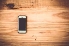 Mądrze telefon na drewnianym tle Fotografia Royalty Free