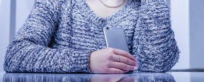 M?drze telefony i og?lnospo?eczna sie? jak najwi?cej zak??ce? spokoju produktywno?? w pracie Żeński pracownik z telefonem komórko zdjęcie stock