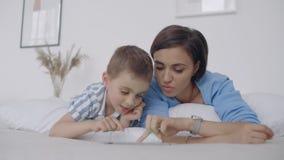 m?e da fam?lia e filho felizes da crian?a com a tabuleta na noite m?e da fam?lia e filho felizes da crian?a com a tabuleta na noi filme