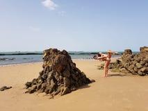 M?e e filha pequena que t?m o divertimento na praia fotos de stock royalty free