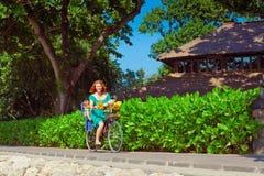 A m?e nova que bicycling, tem o divertimento com filha do beb? imagem de stock royalty free