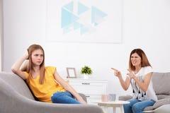 M?e que discute sua filha do adolescente imagens de stock