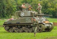 M4A3E8 Sherman Tank med besättningmemebers arkivfoto