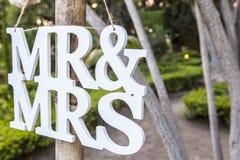 M. en Mevr.white wedding brieven die teken hangen stock afbeeldingen