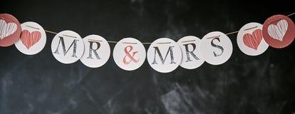 M. et Mme bannière panoramique de guirlande de mariage photographie stock