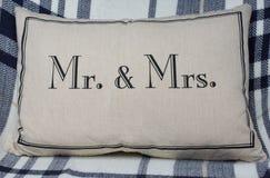 M. et Mme oreiller romantique sur la couverture de plaid Image libre de droits