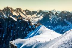 810 m (15 frankreich - Touristen, die u klettern Stockfotografie