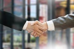 M&A (FUSIONEN UND ERWERB), Geschäftsmannhändedruck, der a Arbeits ist lizenzfreie stockbilder