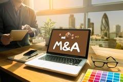 M&A (FUSIONES Y ADQUISICIONES), hombre de negocios que trabaja en la oficina Imagen de archivo libre de regalías