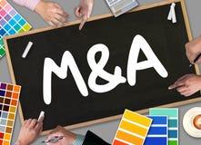M&A (FUSIONES Y ADQUISICIONES), hombre de negocios que trabaja en la oficina Imágenes de archivo libres de regalías