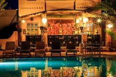 M'hamid, Marokko - Februari 22, 2016: Chez le Pacha hotelpool en bar Stock Afbeelding