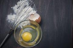 Mąka i jajka na drewnianym stole Zdjęcia Royalty Free