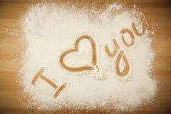 Mąka na stole z tekstem KOCHAM CIEBIE Fotografia Stock
