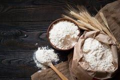 Mąka w drewnianym pucharze Zdjęcie Stock