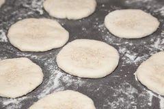 Mąki ciasta bhaturas na stole Zdjęcie Stock