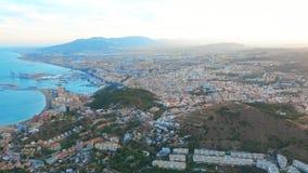 M?laga, Spanien Ein Panoramaschuß durch ein Brummen über Màlaga Stadtgebäude- und -Küstenansicht Schiffe und Hafen stock footage