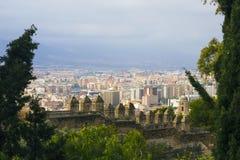 M?laga, Spanien, im Februar 2019 Panorama der spanischen Stadt von M?laga Geb?ude, Hafen, Bucht, Schiffe und Berge gegen ein bew? stockfotografie