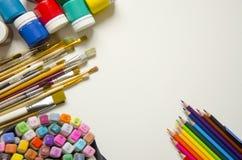 M?larf?rger och borstar, blyertspenna och mark?r royaltyfria foton