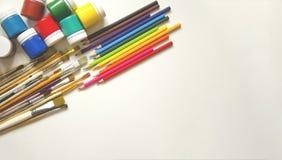 M?larf?rger och borstar, blyertspenna P? en vit bakgrund arkivfoto