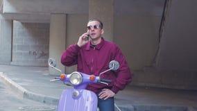 M?le avec la motocyclette clips vidéos