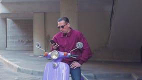 M?le avec la motocyclette banque de vidéos