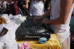 M?le DJ jouant la musique de partie dehors photo stock