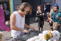 M?le DJ jouant la musique de partie dehors images stock