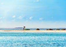 MÂLE, MALDIVES - NOVEMBRE, 27, 2016 : Couples dans l'amour sur le rivage de l'Océan Indien Copiez l'espace pour le texte Photos stock