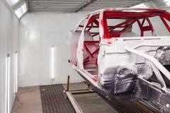 M?lning i r?d och svart f?rg av insidan av ramen av bilen som demonters efter olyckan i seminariet f?r kropp royaltyfri bild