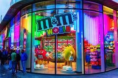 M&M商店在伦敦,英国,在晚上 库存照片