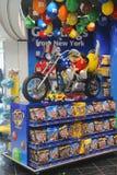 M&M糖果乘坐一辆习惯摩托车的吉祥人小狗在M&M商店 免版税库存照片