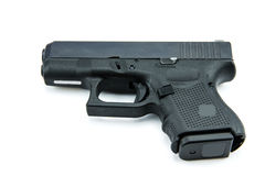 9m m automáticos pistola de la arma de mano en el fondo blanco Fotografía de archivo libre de regalías