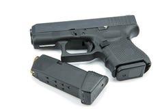 9m m automáticos pistola de la arma de mano en el fondo blanco Imágenes de archivo libres de regalías