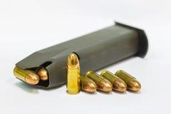 9m m balas y revista en el fondo blanco Imagen de archivo