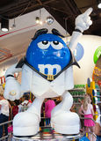 M&M-` s schlägt eine Haltung ein La John Travolta-` s Charakter im movi lizenzfreies stockbild