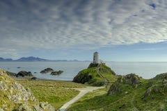 M?me la lumi?re sur le phare de MAWR de Twr sur l'?le de Llanddwyn, Anglesey, R-U photos libres de droits