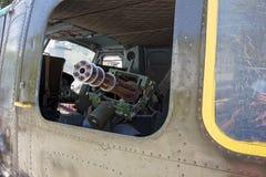 M134 Minigun inom den Huey helikoptern på krigkvarlevamuseet i H Fotografering för Bildbyråer