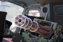 M134 Minigun inom den Huey helikoptern på krigkvarlevamuseet i H Arkivfoton