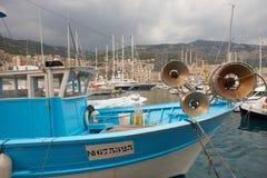 Mônaco, Monte - Carlo, 25 09 2008: Barco de pesca no porto Hercule Fotografia de Stock
