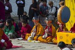 M?nche von Bhutan spielen tibetanisches Horn bei Puja, Bumthang, Mittel-Bhutan lizenzfreie stockfotografie